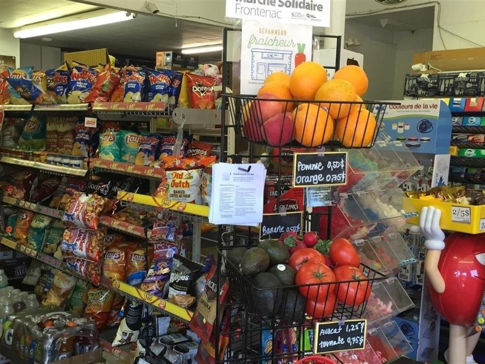 Des fruits et des légumes côtoient les aliments camelote dans un dépanneur de Montréal.