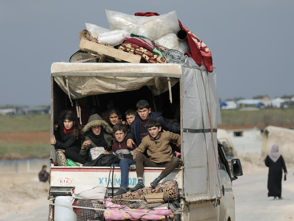 Des enfants dans un camion.