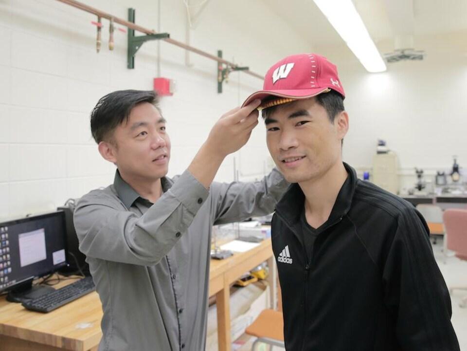 Le professeur Wang et un collègue dans un laboratoire.