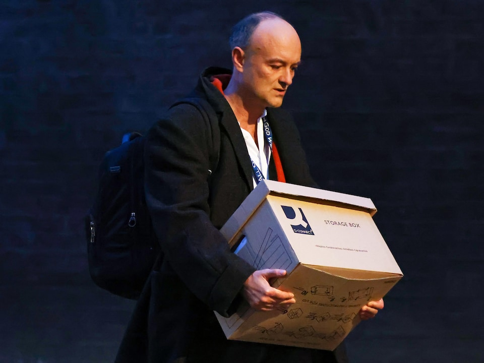 Dominic Cumming marche avec sa boîte.