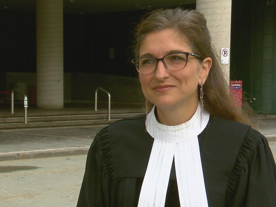 L'avocate porte sa toge devant le palais de justice de Québec