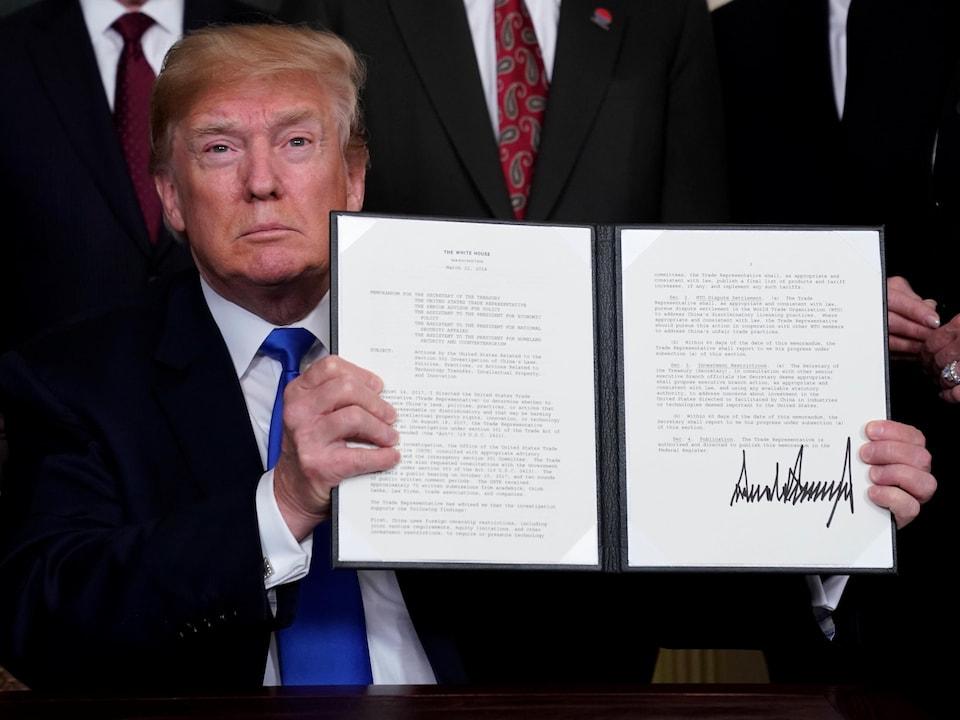 Le président montre le mémorandum où il a apposé sa signature.