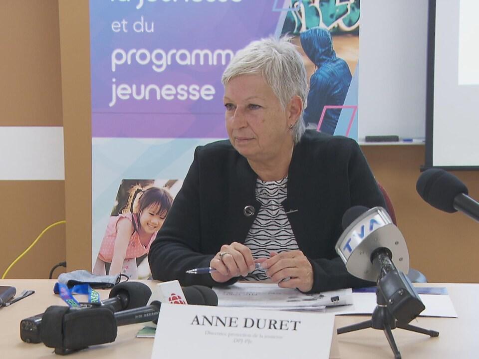 Anne Duret lors d'une conférence de presse.