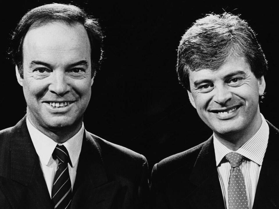 Les animateurs Pierre Nadeau et Simon Durivage, souriants, dans le cadre de l'émission «Le Point» en 1985.