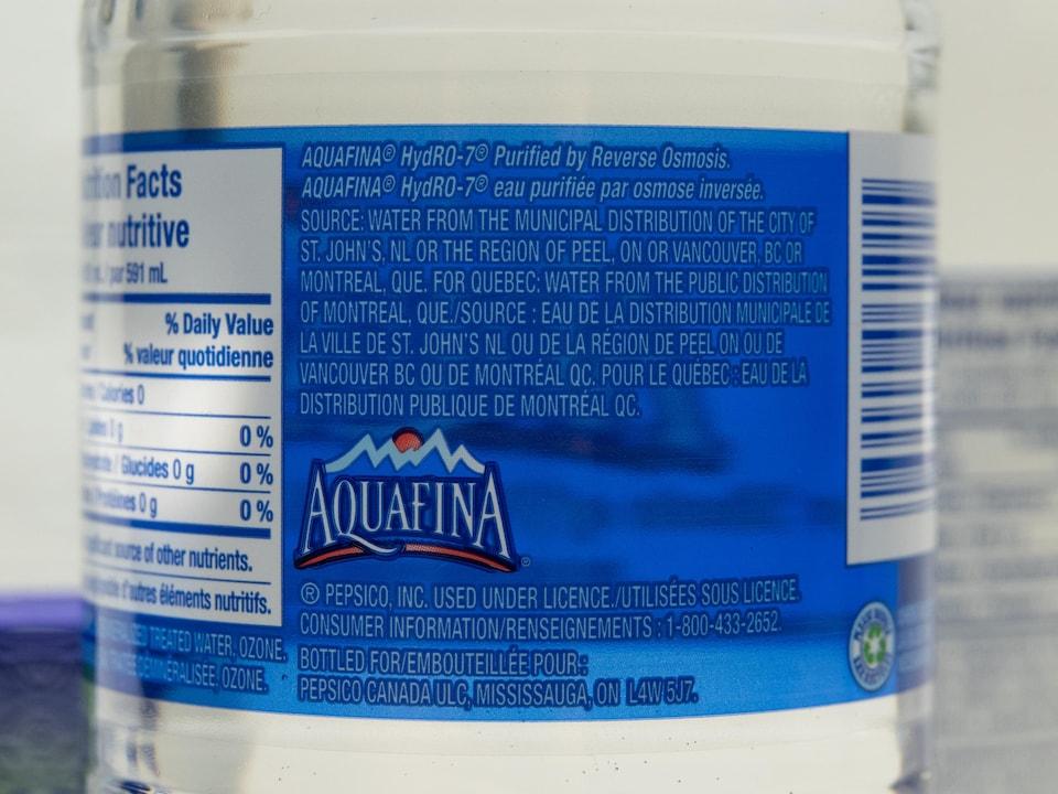 L'étiquette de l'eau de marque Aquafina.