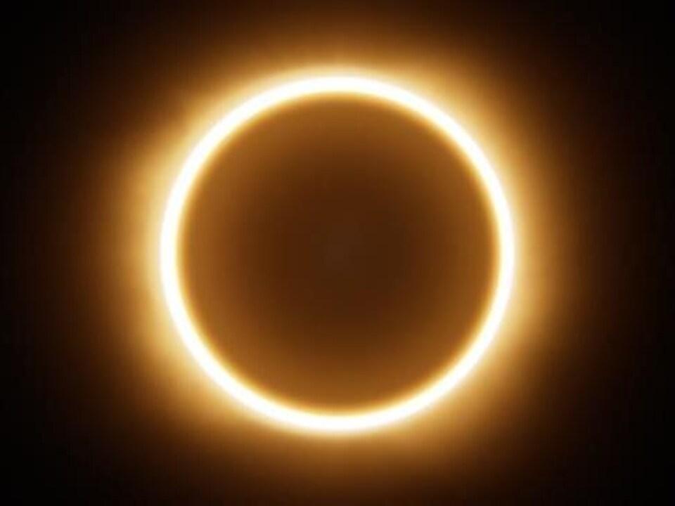 Un cercle lumineux est recouvert par un autre plus sombre.