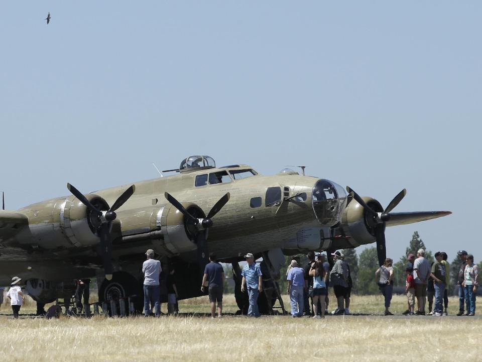 Des curieux regardent un bombardier A B-17.
