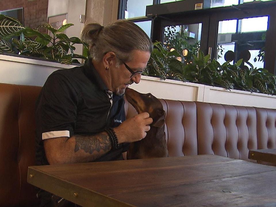 L'éducateur canin Jean Lessard avec un chien saucisse.