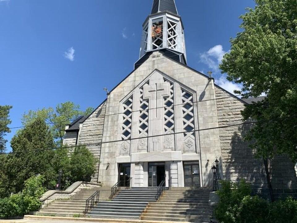 Une église vue du stationnement.