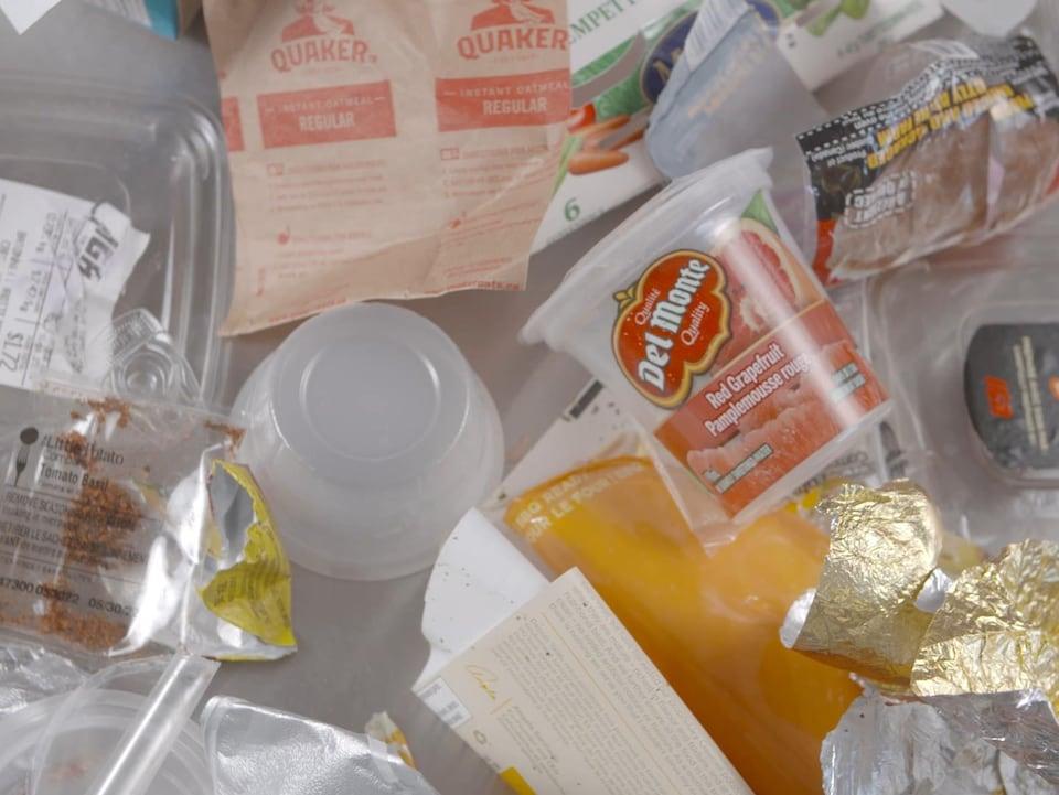 Des emballages de produits individuels en plastique vides.