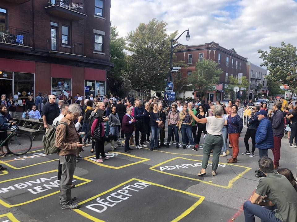 Des gens manifestent sur la rue Bernard.