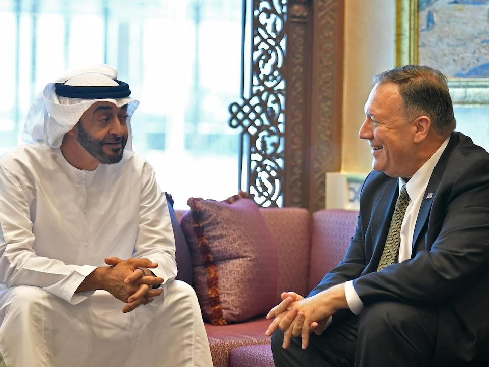 MM. ben Zayed et Pompeo sont assis et sourient.