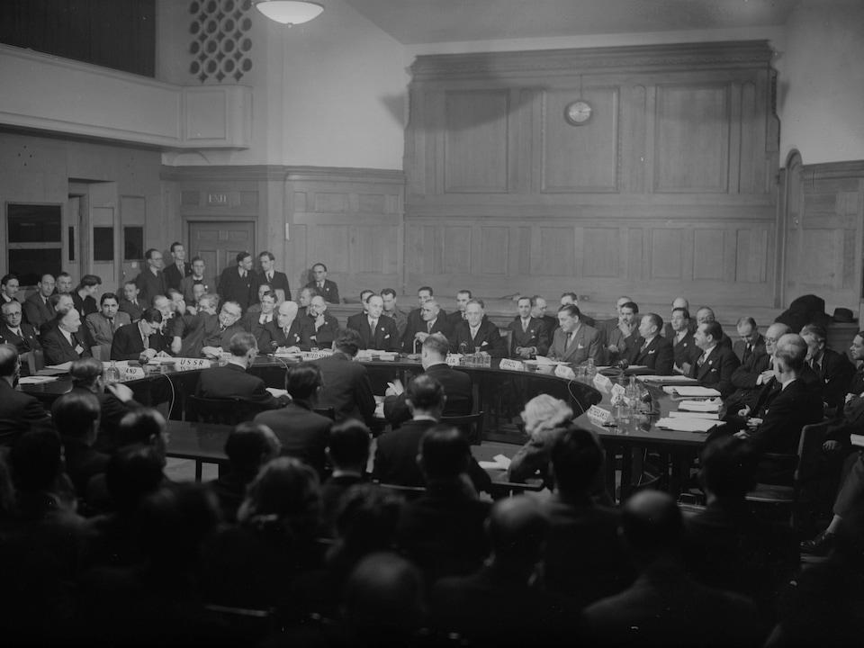 Photo d'archives en noir et blanc de la réunion.