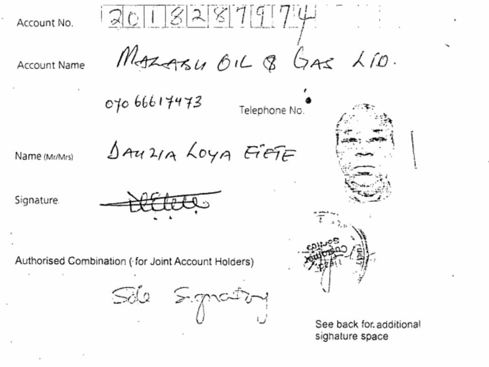 On voit des caractères et des signatures sur un document de cour.