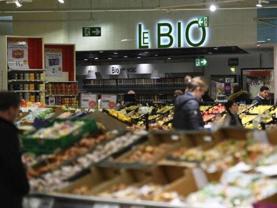 Rayon bio dans un supermarché de la région de Rennes, en France.