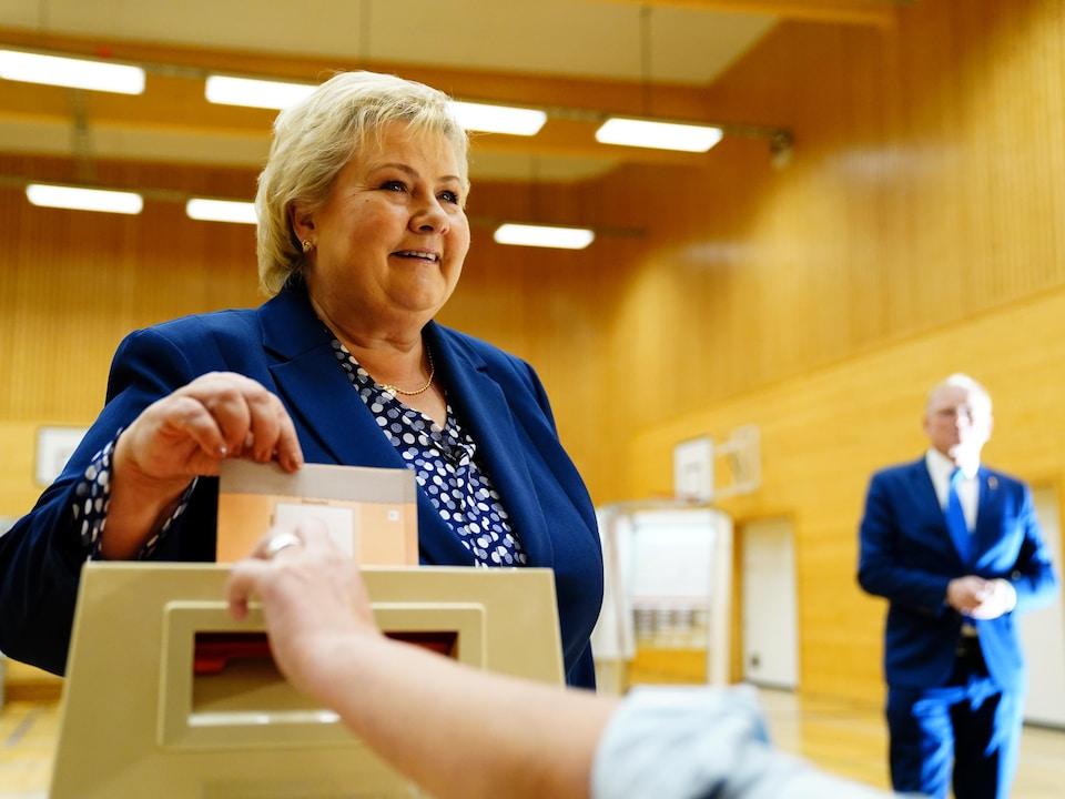 Erna Solberg déposant son bulletin dans l'urne.