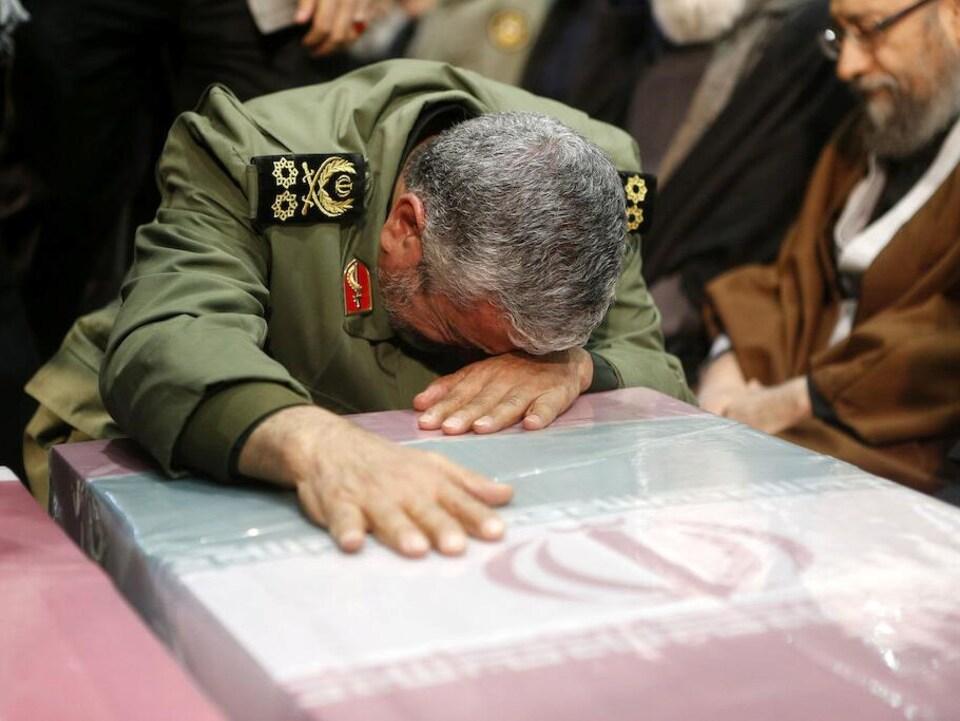 Esmail Qaani semble pleurer sur le cercueil.