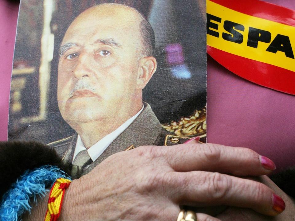 Gros plan d'une photo de Franco que tient une dame espagnole.