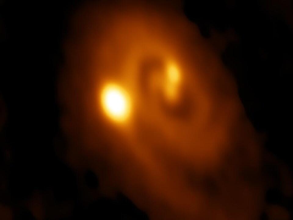 Illustration montrant un système binaire d'étoiles.