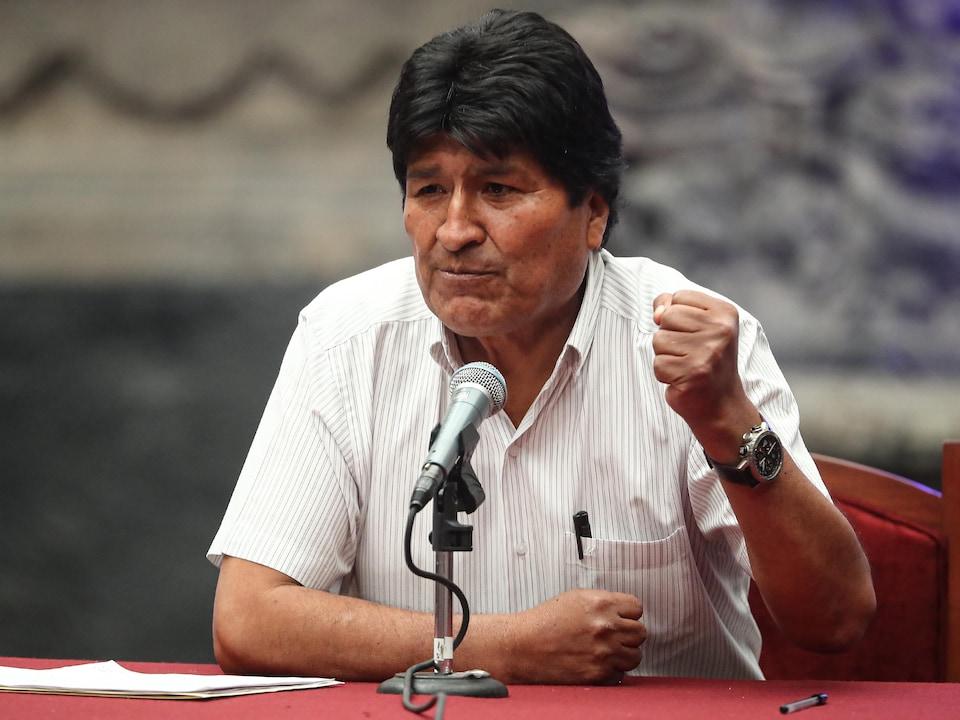 Evo Morales montre le poing.