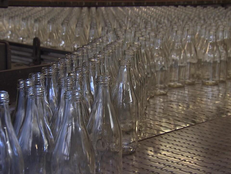 Des bouteilles de verre en production.