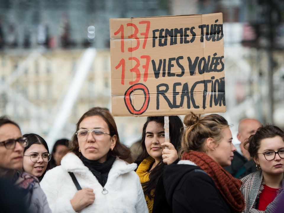 Des femmes tiennent une pancarte où est écrit : « 137 femmes tuées, 137 vies volées, 0 réaction ».