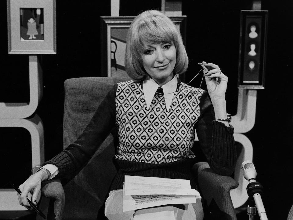 France Nadeau assise dans un studio de télévision.