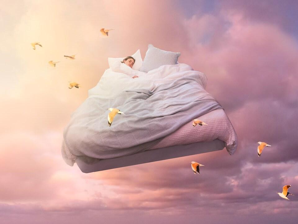 Illustration d'une femme dans un lit qui flotte dans les nuages entouré d'oiseaux.