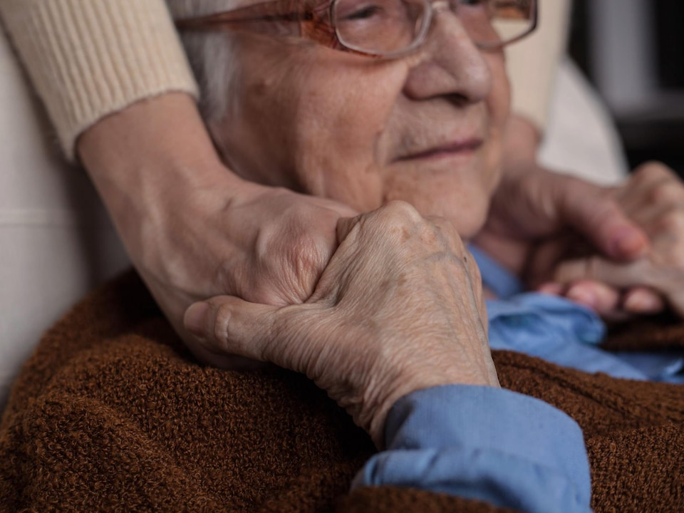 Une dame âgée.
