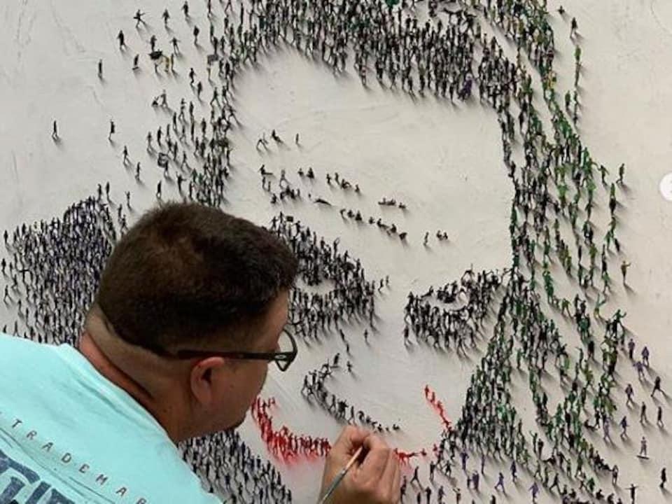 L'artiste Alan Craig à l'oeuvre.