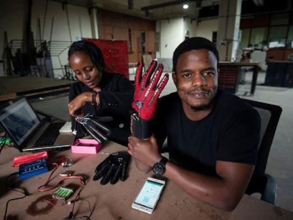 L'inventeur Roy Allela et son gant Sign-IO.