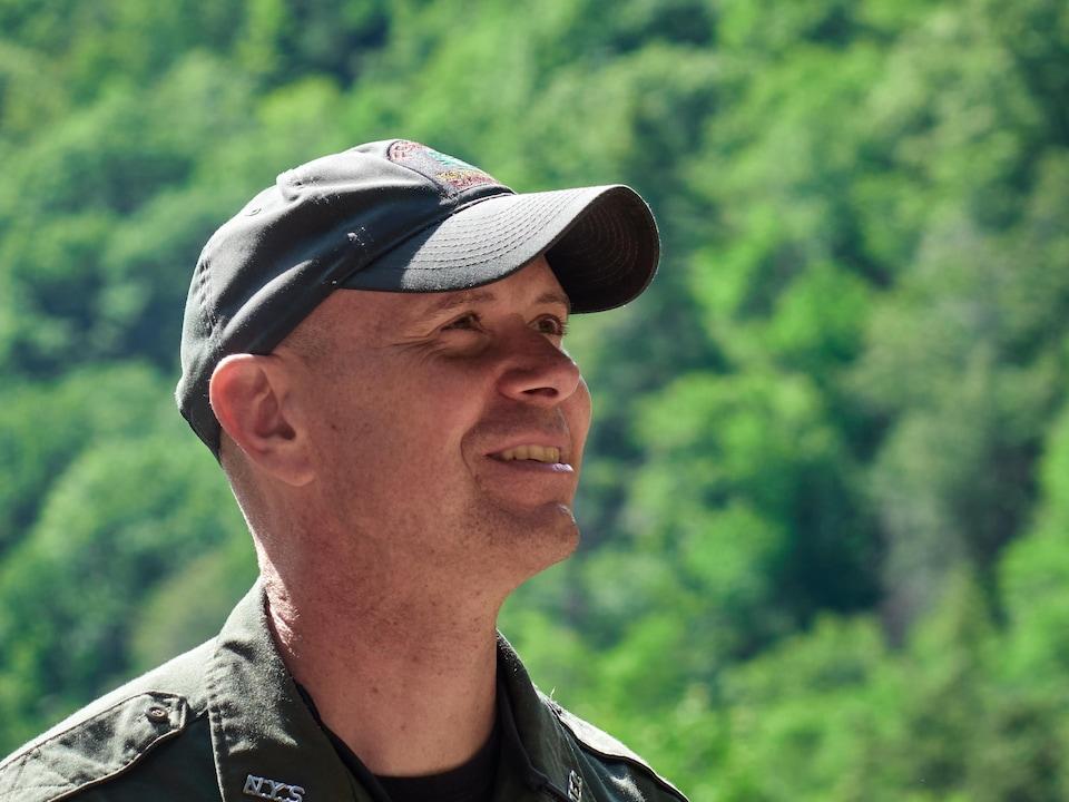 Le garde-forestier Robert Dawson surveille des touristes au loin en train de prendre des photos à la chute Kaaterskill.