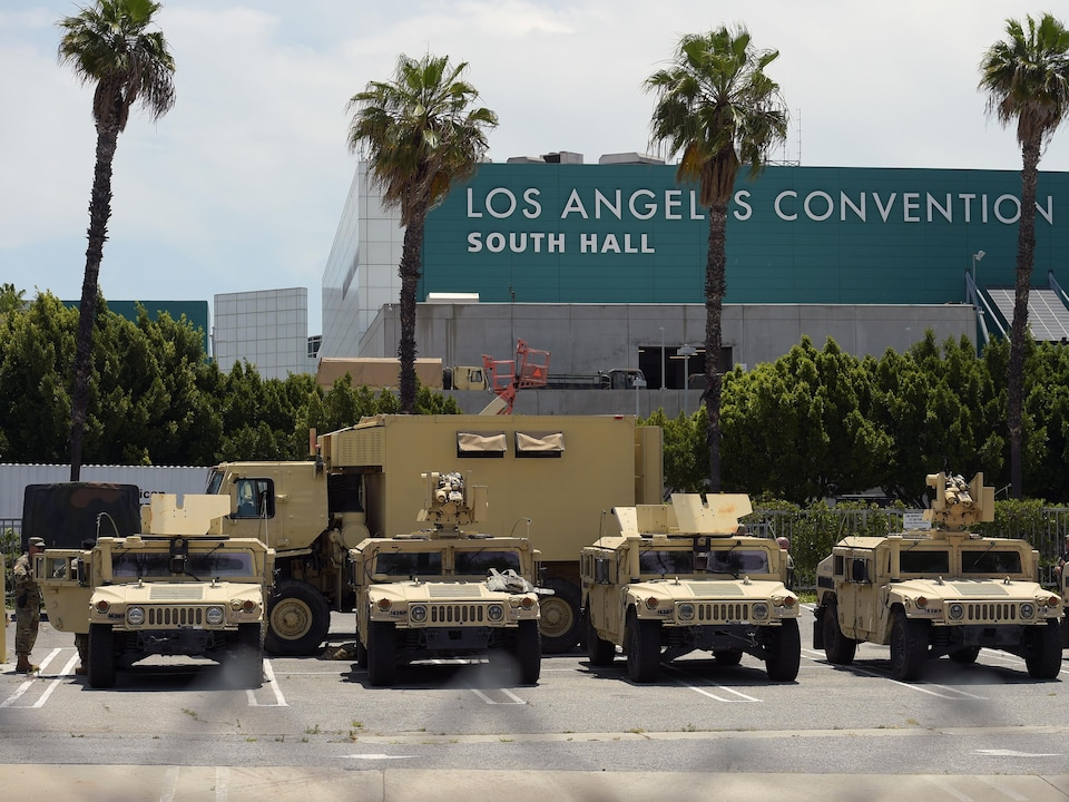 Une rangée de véhicules blindés sont stationnés près du Convention Center de Los Angeles.