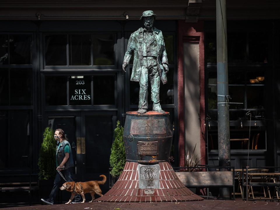 Gassy Jack statue freshly cleaned after being vandalized earlier that morning in Vancouver's Gastown on Tuesday, June 16, 2020. (Maggie MacPherson/CBC)
