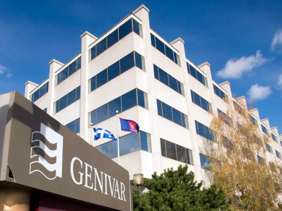 Logo de Genivar devant un immeuble de bureaux.