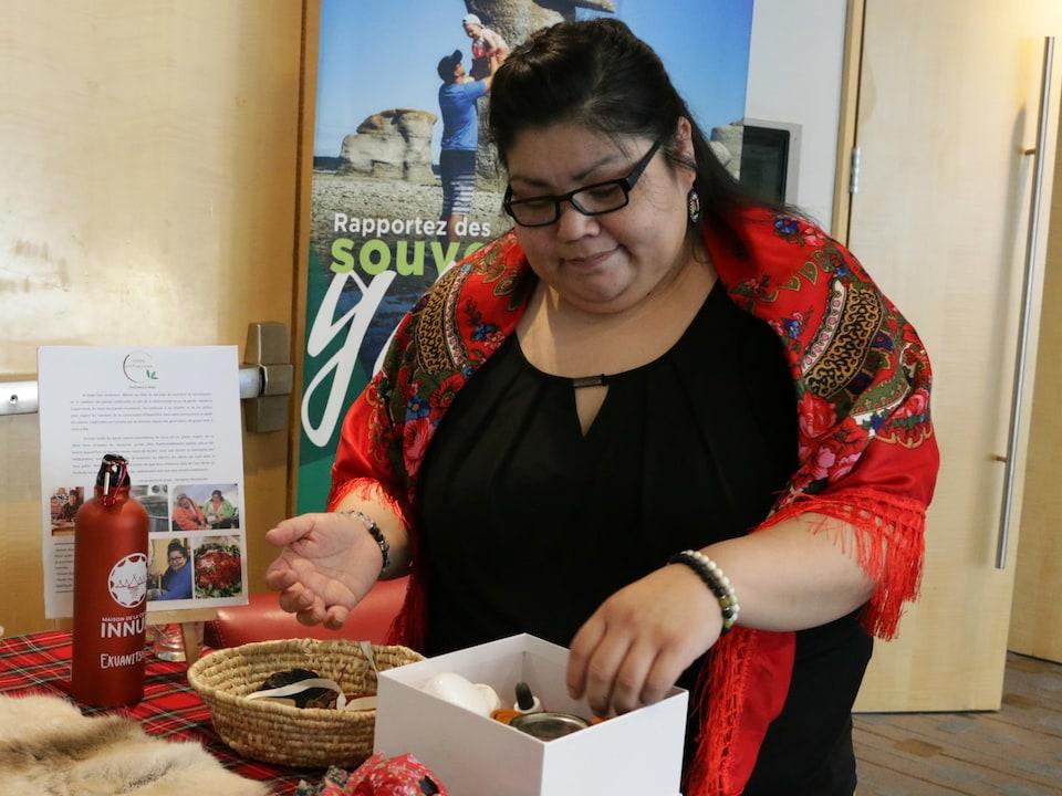 Georgette Mestokosho, coordonnatrice de la pharmacie innue de la Maison de la culture innue d'Ekuanitshit.