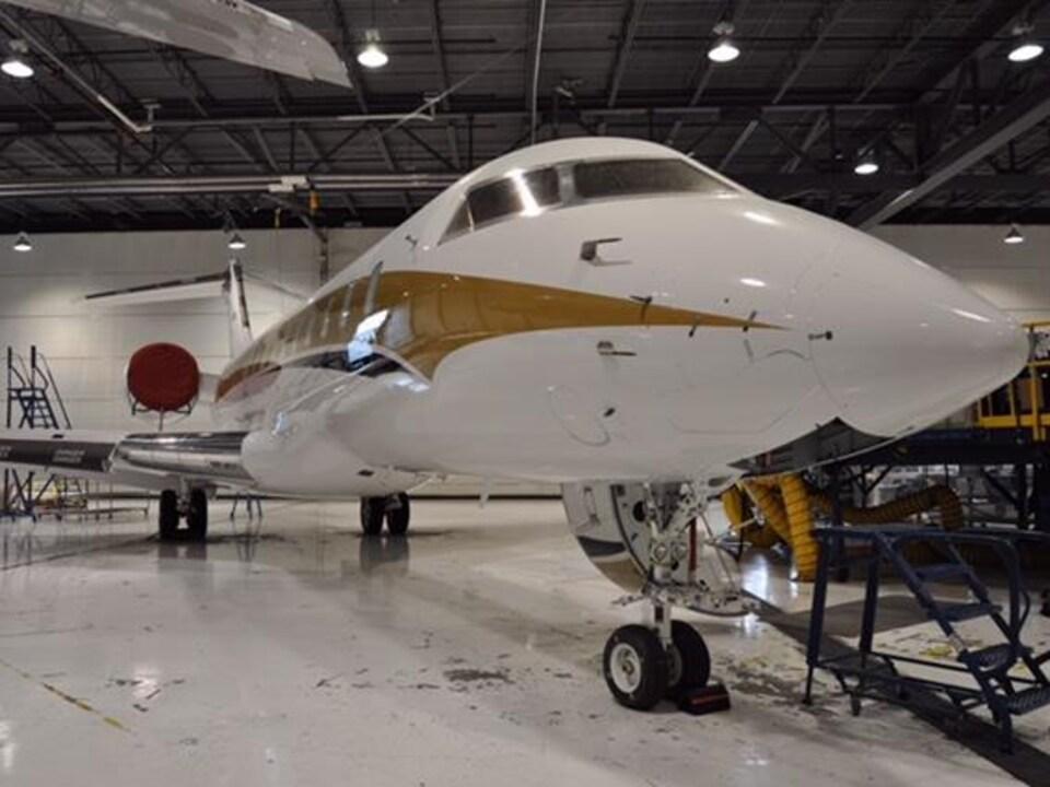 L'appareil en construction est dans un hangar.
