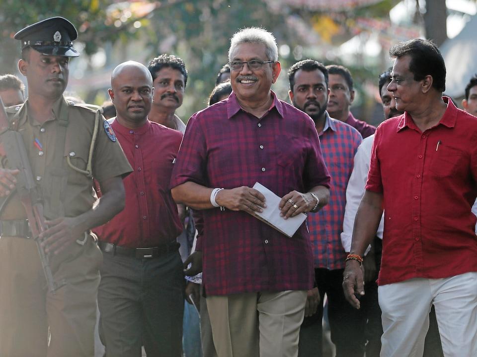 Le candidat aux élections présidentielles sri lankaises au sortir du bureau de vote.