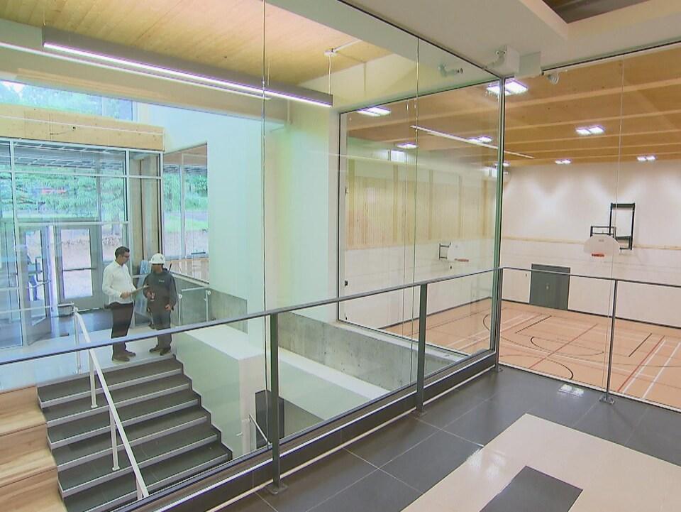 Vue d'un escalier avec de grands espaces ouverts.