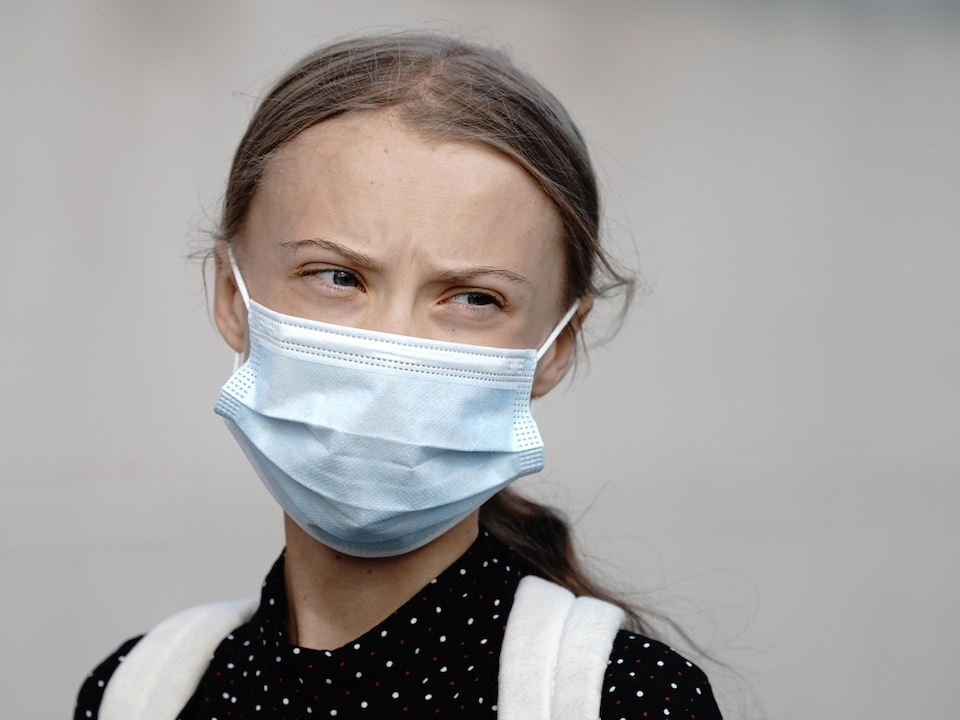 Greta Thunberg porte un masque.