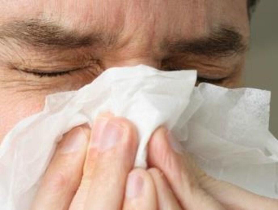 Un malade se mouche.