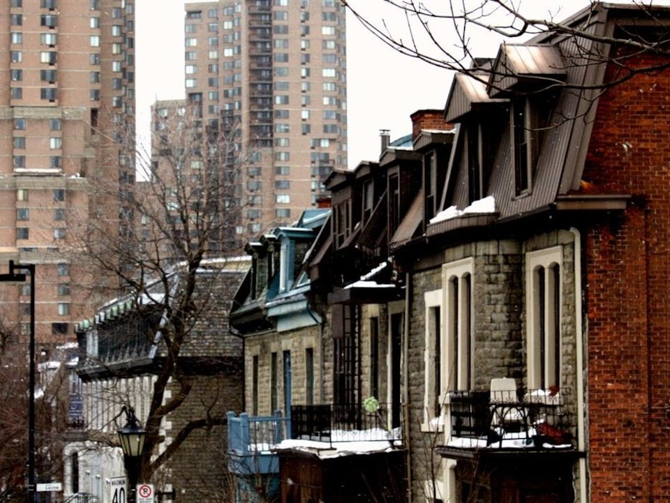 Des maisons enneigée de Milton Parc, à Montréal.