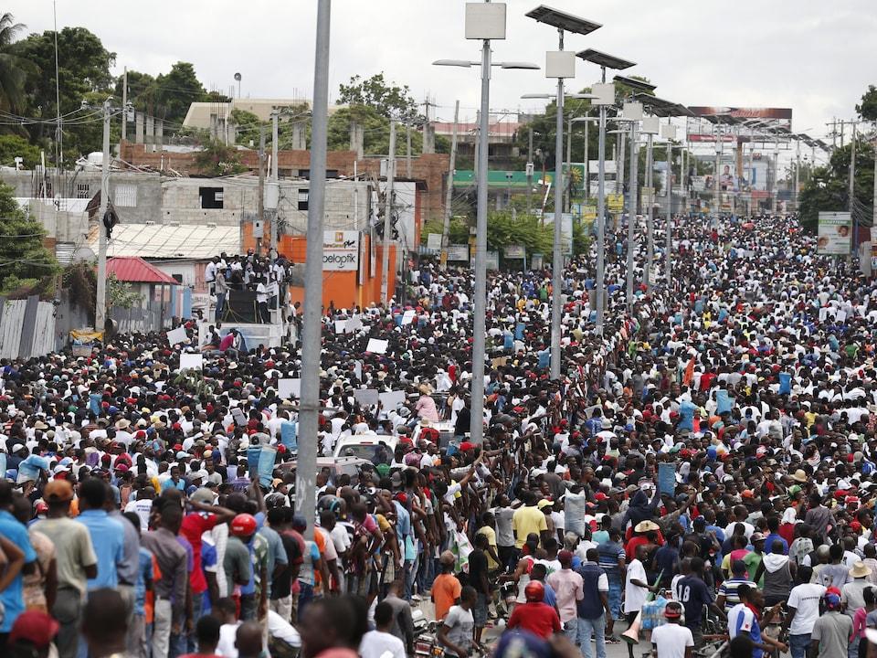 Des milliers de personnes remplissent deux routes.