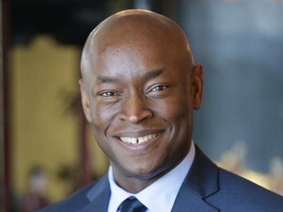 Photo de Gérard Étienne, vice-président apprentissage de l'Institut de la gouvernance, qui sourit à l'objectif de la caméra.