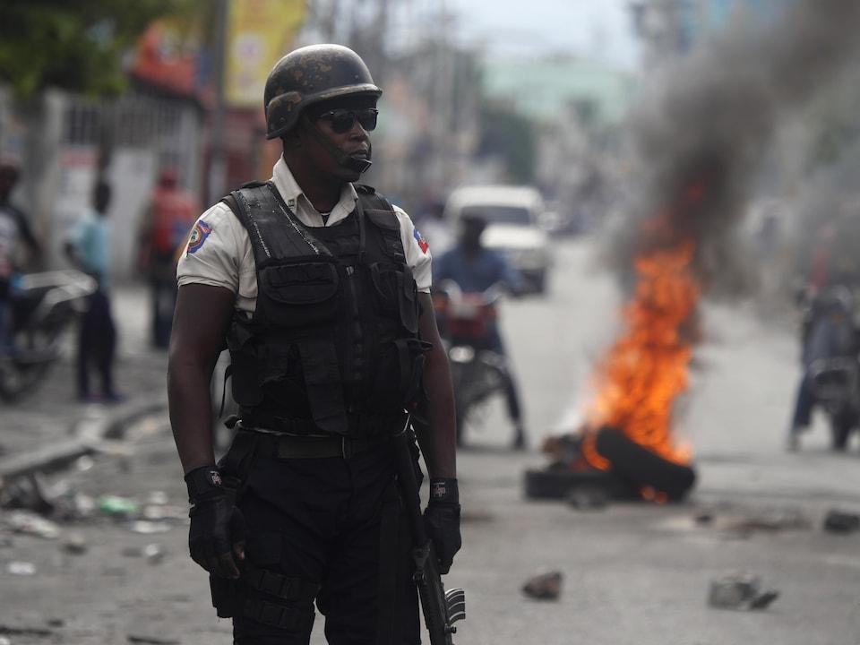 Un policier haïtien dans une rue de Port-au-Prince.