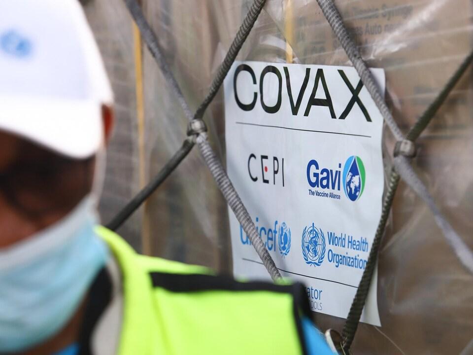 Un chargement de vaccins sur lequel est écrit COVAX.