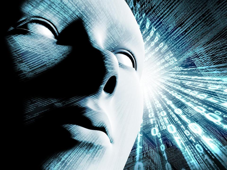 En avant-plan, un visage, et en arrière-plan, du code binaire.