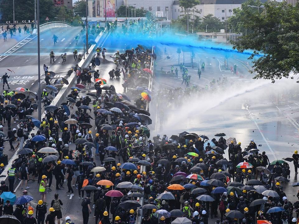 La police antiémeute de Hong Kong a utilisé des canons à gaz et à eau le 15 septembre contre des manifestants prodémocratie qui lançaient des pierres et des bombes à essence.