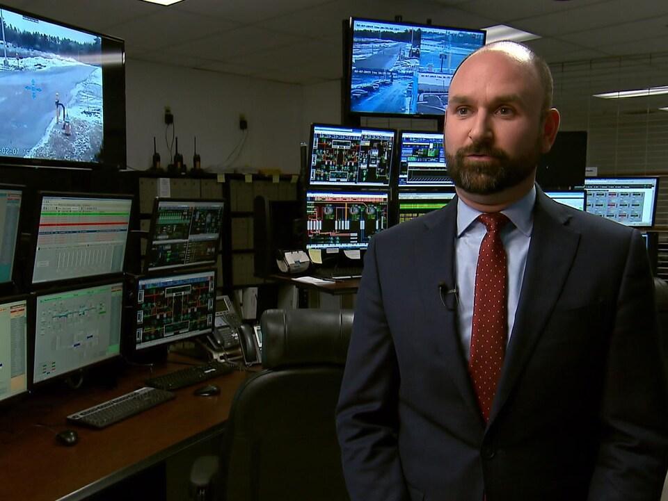Un homme dans une salle remplie d'ordinateurs.