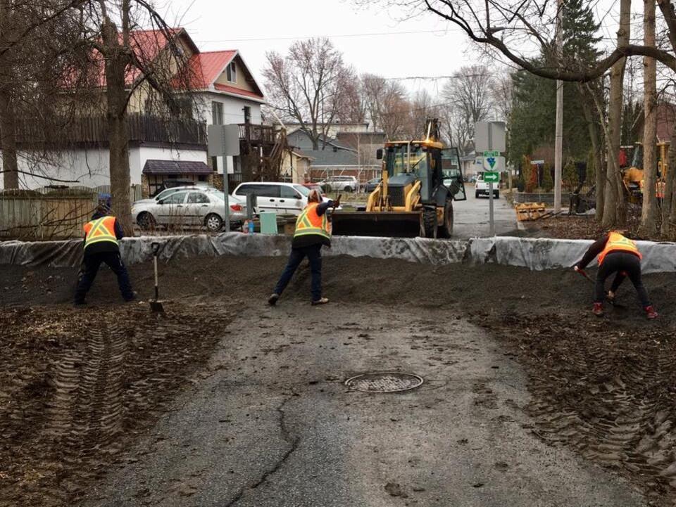 Des travailleurs installent une digue